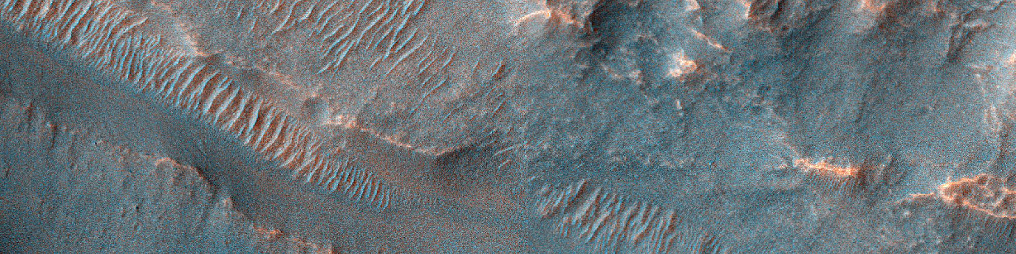 قنوات بالقرب من فوهة شمال شرق منخفضات « هيلاس »