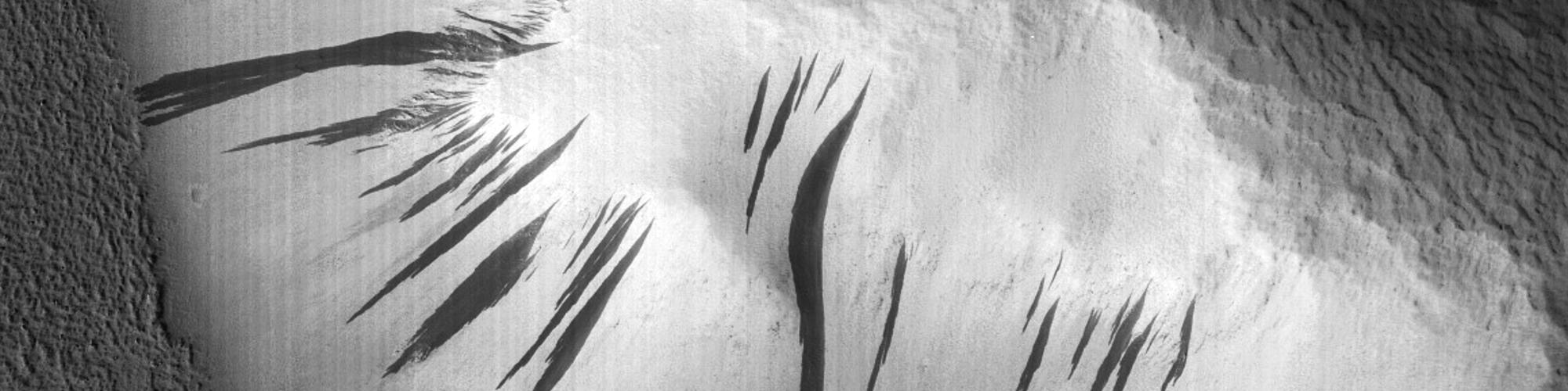 مجموعة من التلال والشرائط الخطية المنحدرة