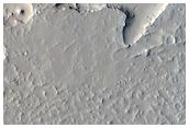 Krater-gekerbte Insel im Lavastromfeld