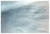 Schatten an einer Kraterwand