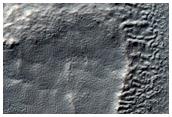 Gut erhaltener Krater mit geschichtetem Auswurfmaterial