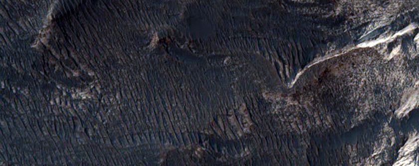 Dyddodion Haenog o Liw Golau ar hyd Mur o Graig yn Melas Chasma