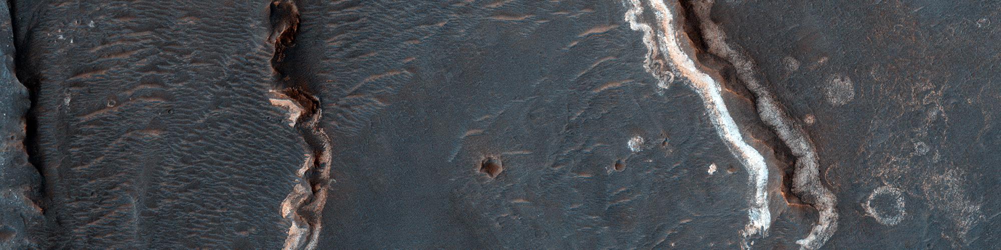 Possibili formazioni fluviali nel cratere Golden