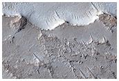 Μιά τράπεζα, απότομοι τραπεζοειδείς λόφοι και ακτινικές κορυφογραμμές στην κεντρική Γη της Αραβίας (Arabia Terra)