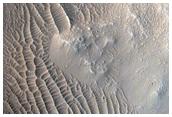 Полосы на склонах ударного кратера
