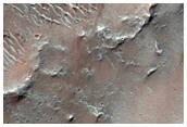 كثبان رملية هلالية الشكل في فوهة هيرشل (Herschel Crater)