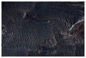 Ljósleit setlög við bergvegg í Melas Chasma