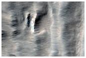 Mörk straumefnis sem líkist jökulmyndunum á Arsia Mons