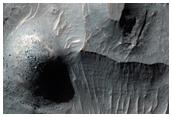 Depósitos estratificados erosionados en el fondo de un gran cráter