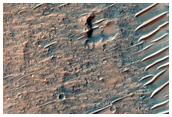 Λεπτές αμμοθίνες και βραχώδες έδαφος, στο Χάσμα του Υδραώτη (Hydraotes Chaos)