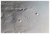 Flujo sobre el borde y la pared de un cráter