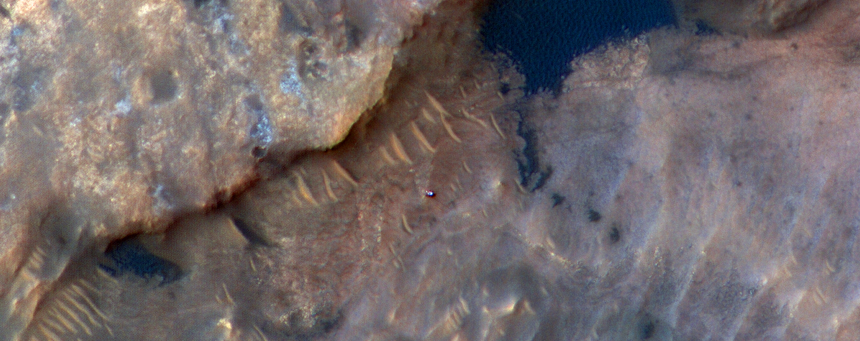 """Curiosity roveren fotograferet af HrRISE på """"Woodland Bay""""  i Gale krateret på Mars"""