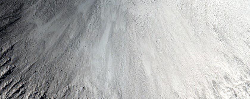 1-Kilometer Crater in Isidis Planitia