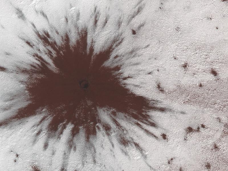 Sonda MRO vyfotila z oběžné dráhy nový kráter na Marsu